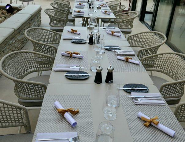 A table autour de l'olivier